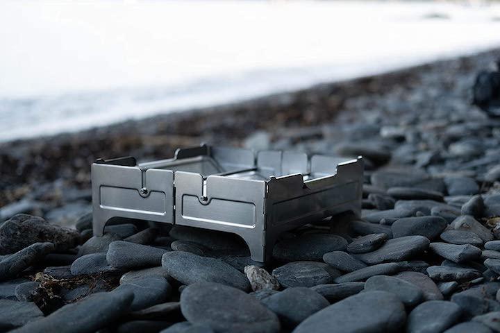 kompakte Feuerstelle auf Steinen