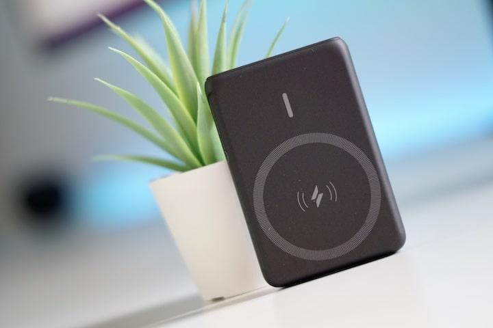 Anker PowerCore Magnetic 5K Wireless Powerbank ist an einer Pflanze angelehnt