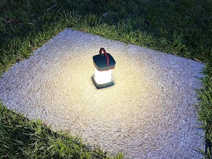 Campinglampe in der Natur bei Nacht