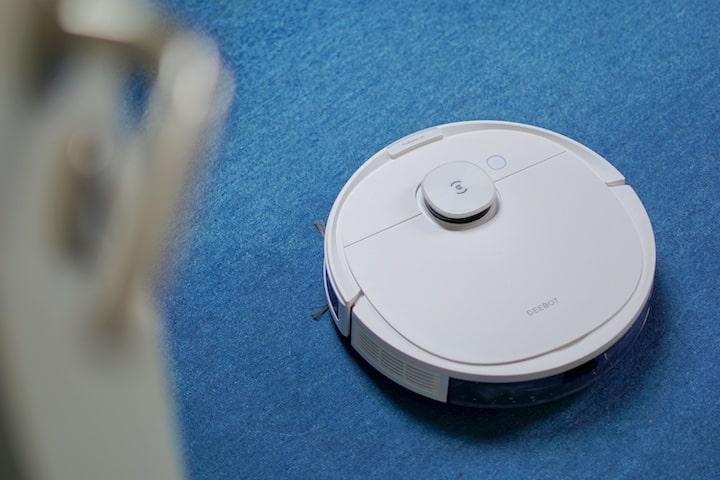 DEEBOT N8 Pro saugt blauen Teppich