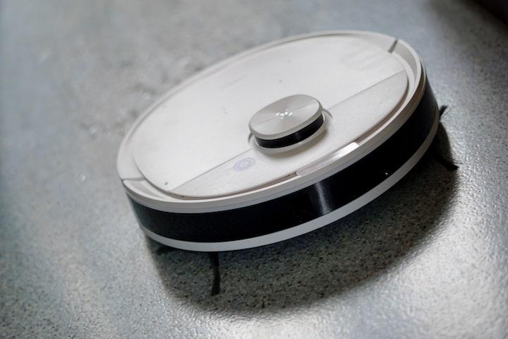 DEEBOT Wischroboter reinigt mit Wasser einen Hartboden in der Kueche