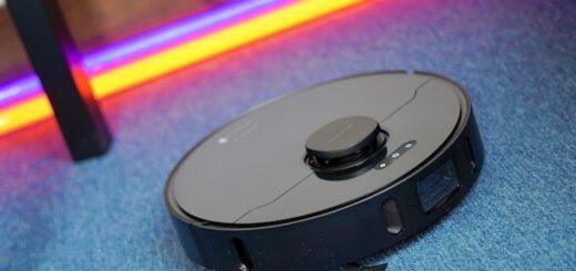 Dreame Bot L10 Pro Saugroboter faehrt ueber blauen Teppich vor Neon Lichtern 520x245