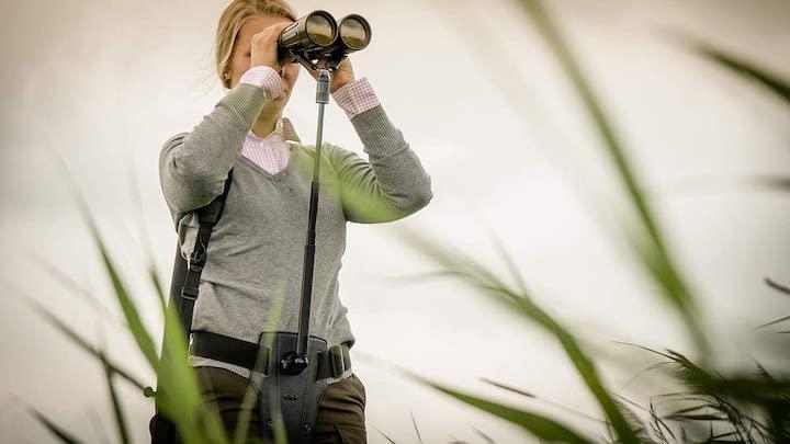 Frau nutzt Steadify mit Fernglas