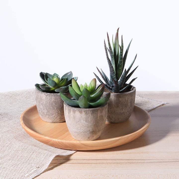 Kuenstliche Pflanzen von OUNONA auf einem Tablett