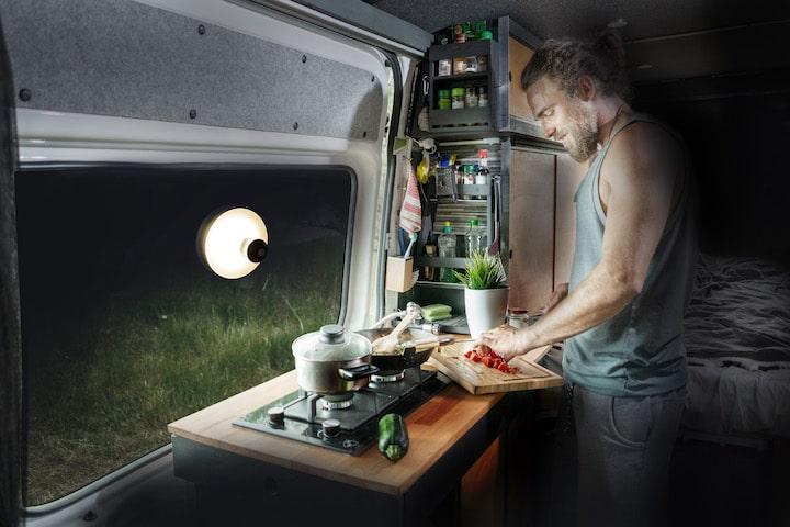 Lampe mit Saugnapf im Camper