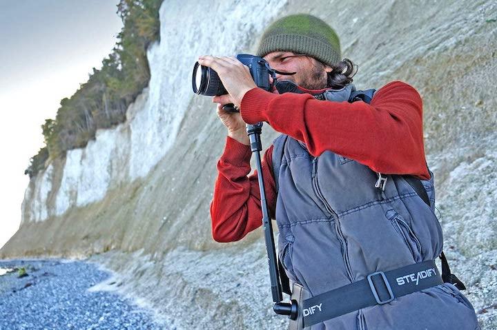 Mann fotografiert mit Unterstuetzung von Steadify