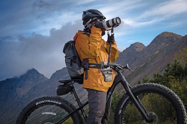 Mann mit Fahrrad nutzt mobilen Kamera Stabilisator
