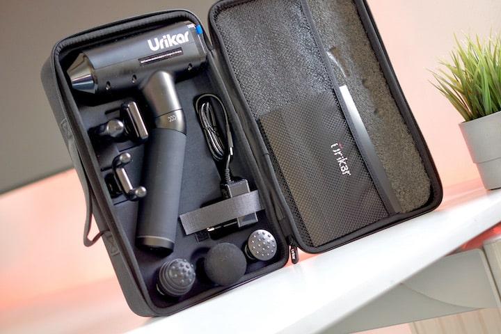Massagepistole in Transportbox auf einem Schreibtisch