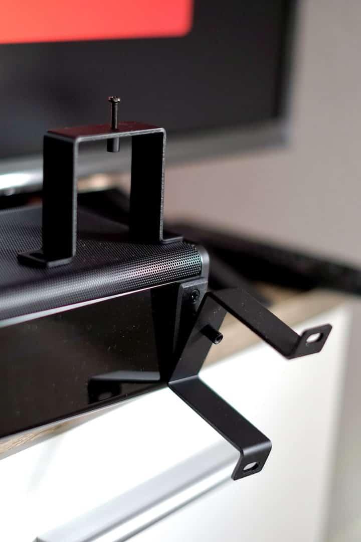 Metallbuegel mit Schrauben an einem Lautsprecher min