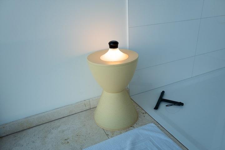 NEOZOON Lampe auf Hocker im Badezimmer