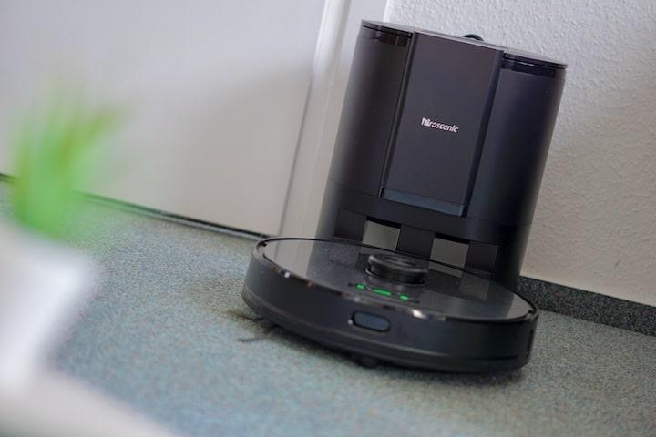 Proscenic M8 Pro Staubsauger Roboter an seiner Ladestation