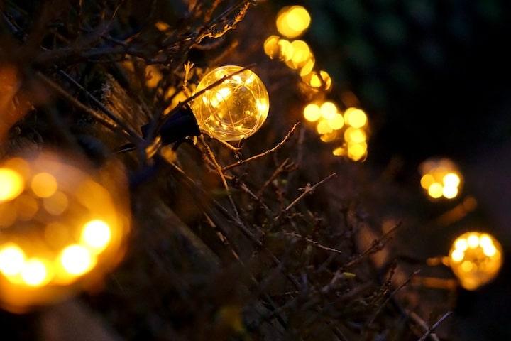 Warme wei%C3%9Fe Lichterkette mit vielen LEDs bei Dunkelheit