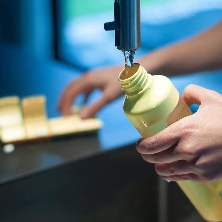 YOS Health Bottle wird unter Wasserhahn aufgefuellt