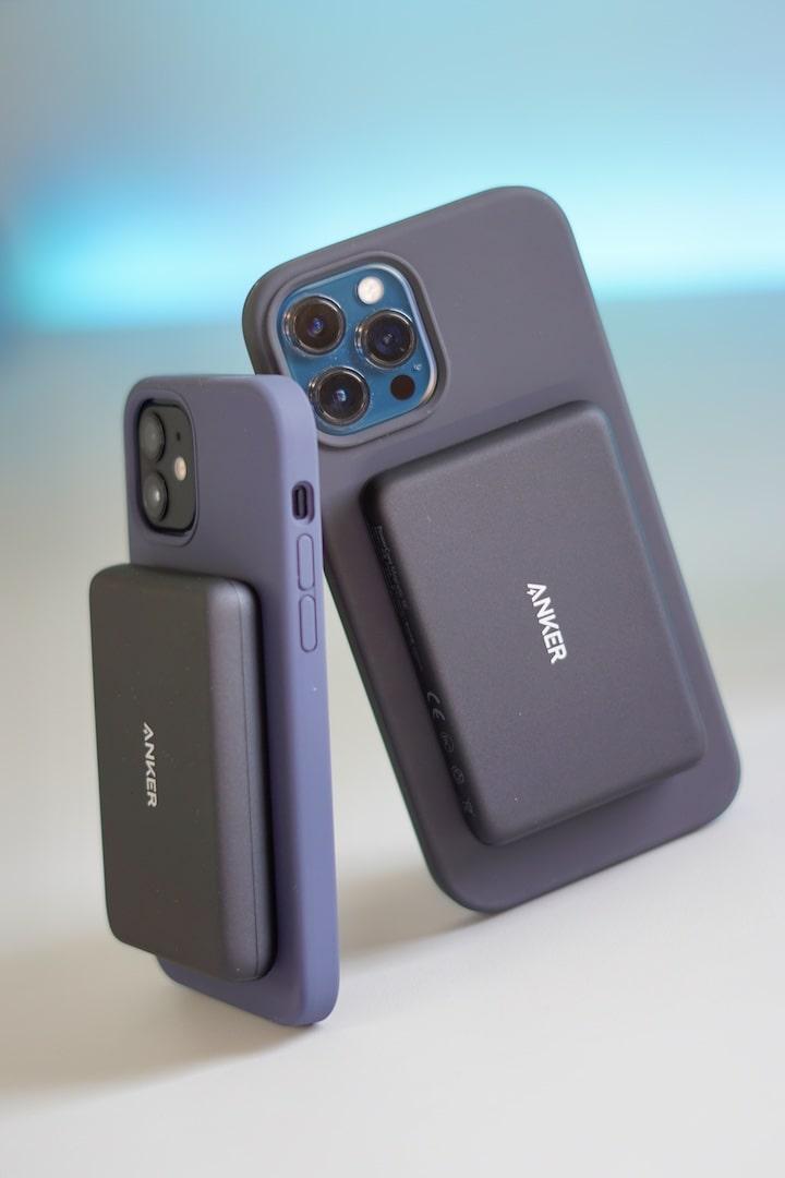 Zwei iPhones mit Magnetic Silicon Case und PowerCore Magnetic Zubehoer auf der Rueckseite