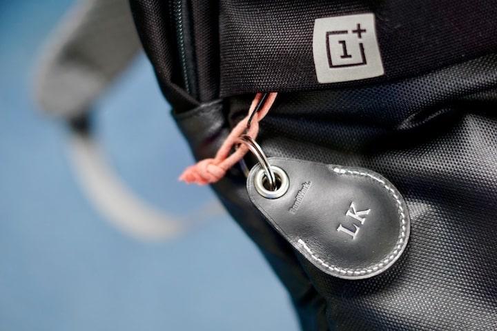 AirTag Case von Bandwerk ist an einem Rucksack befestigt