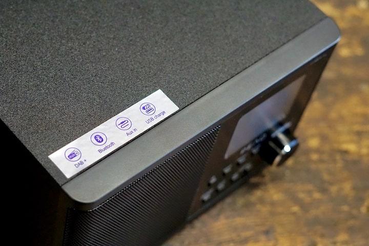 Aufkleber auf einem Radiowecker zeigt Funktionen