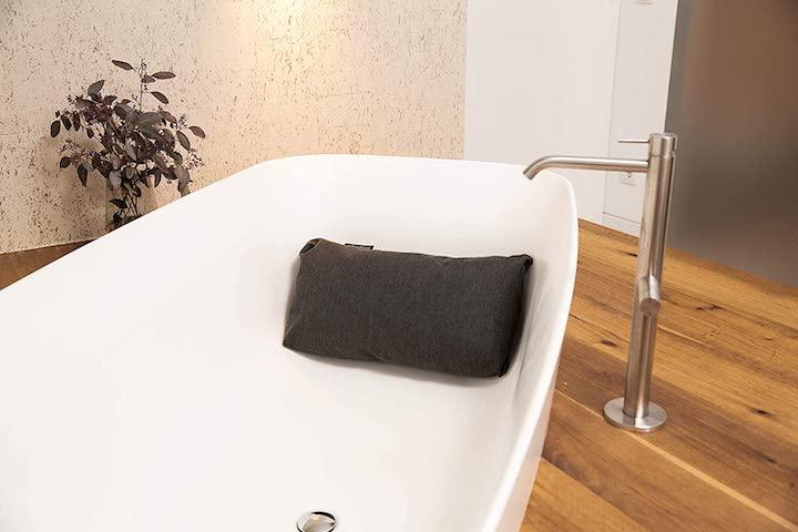 BADESOFA liegt in Badewanne