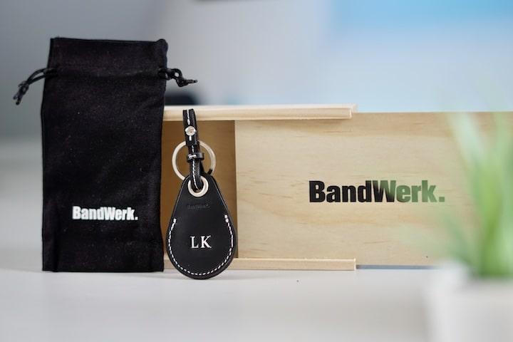 Bandwerk Tasche mit Anhaenger und Holz Kiste stehen nebeneinander
