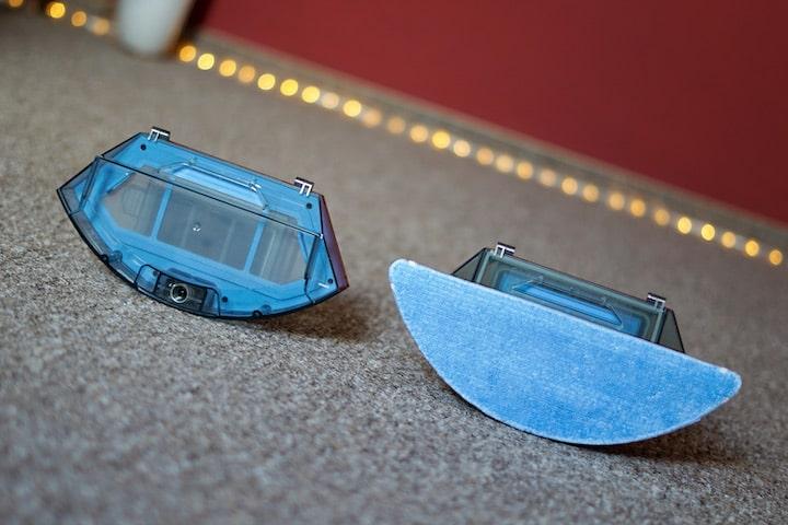 Blaues Wischmodul und Staubtank vor einer Lichterkette