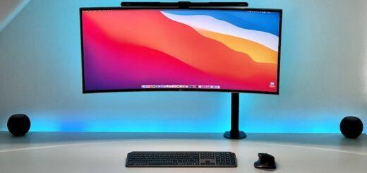 Bunter PC Monitor mit Lampe und Tastatur auf einem Schreibtisch 520x245