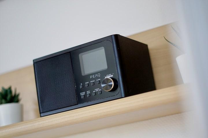 DAB Digitalradio in schwarz steht in einem Regal