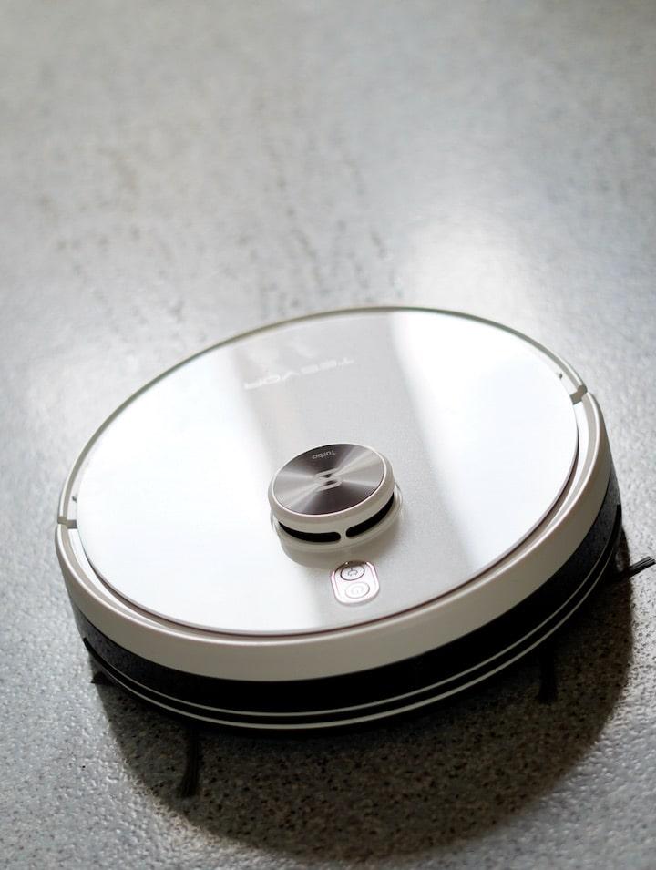Hybrider Wischroboter reinigt Lineoleum Hartboden