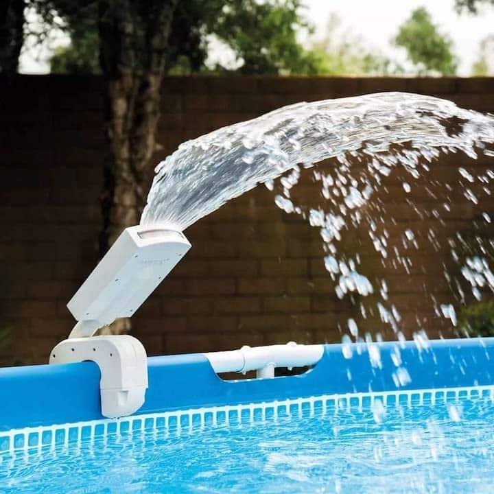 Intex Pool Fontaene am Pool befestigt