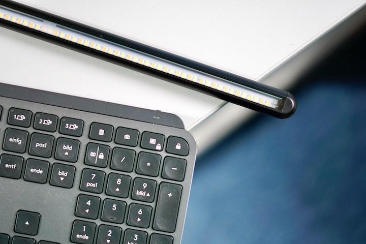LEDs in einer langen Lampe neben einer Computer Tastatur