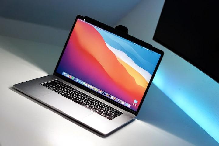 Laptop wird mit einer Lampe beleuchtet
