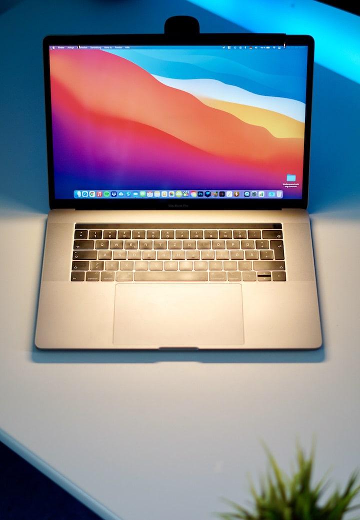 MacBook Pro wird von einer Lampe beleuchtet