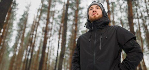 Mann mit Funktionsjacke im Wald min 520x245
