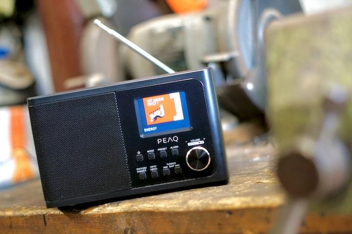 PEAQ PDR 170 BT B Radio mit Antenne in einer Werkstatt