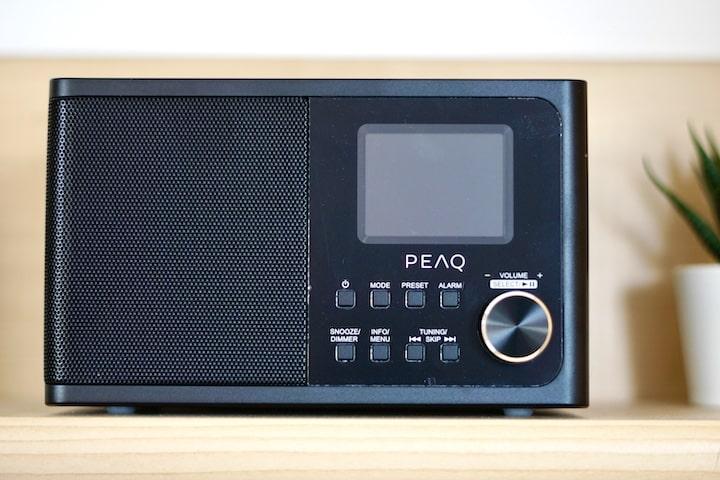 PEAQ PDR 170 BT B Radio steht in einem Regal