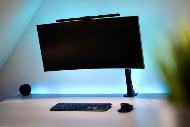 Quntis Computer Monitor Lampe auf einem Schreibtisch mit Peripherie Geraeten