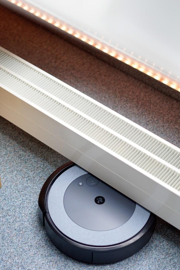 Roomba i3 faehrt unter einen Heizkoerper