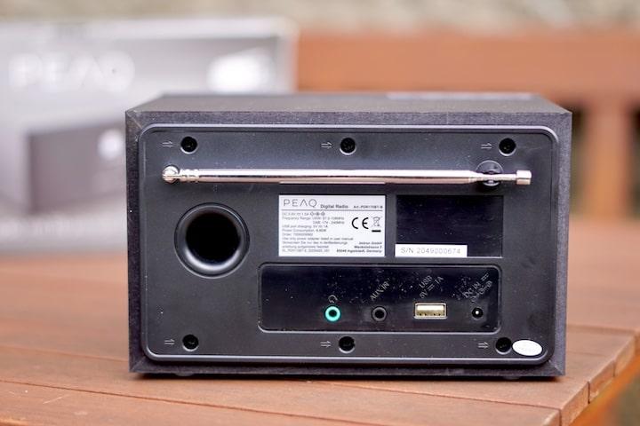 Rueckseite von einem Radiowecker mit Bluetooth