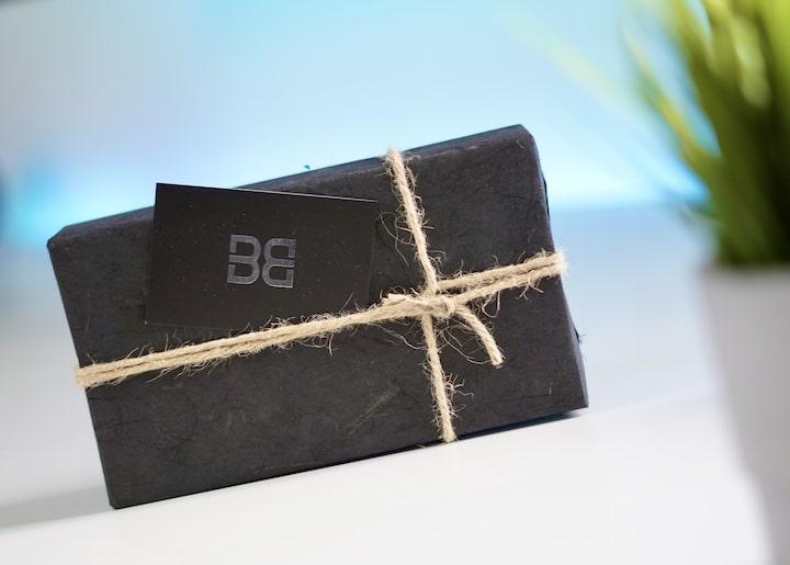 Schwarze Geschenkverpackung mit Kordel Schnur