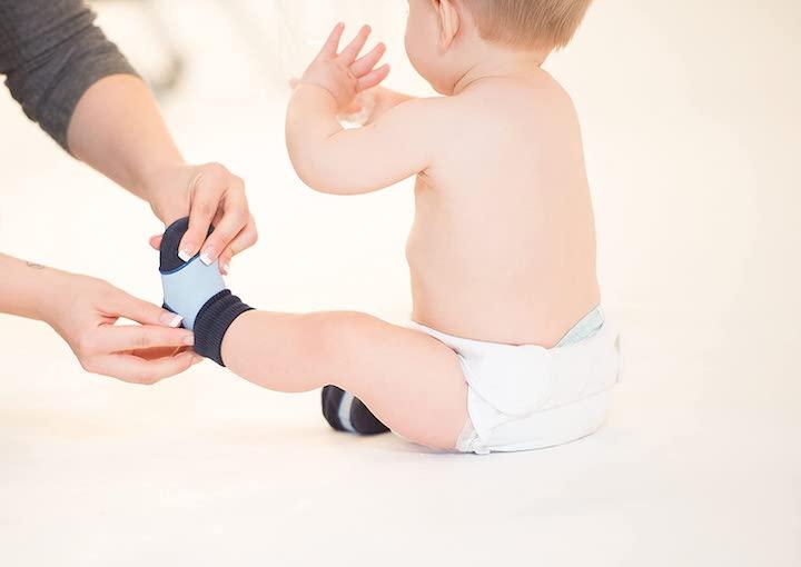 Sock Ons werden Baby angezogen