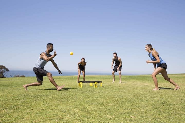 Spikeball Set wird auf Rasen genutzt