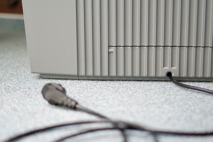 Stromkabel auf der Rueckseite von einem Luftreiniger