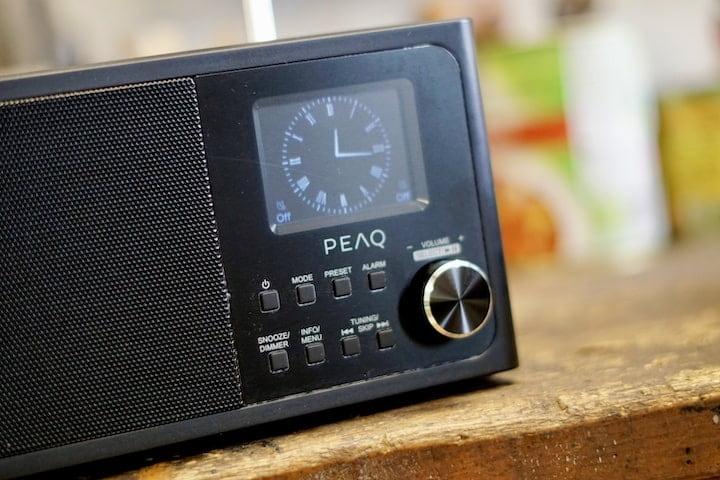 Uhr auf einem Radio mit Knoepfen min