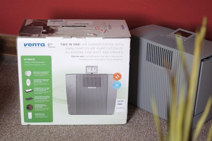 VENTA Karton und Luftbefeuchter stehen nebeneinander