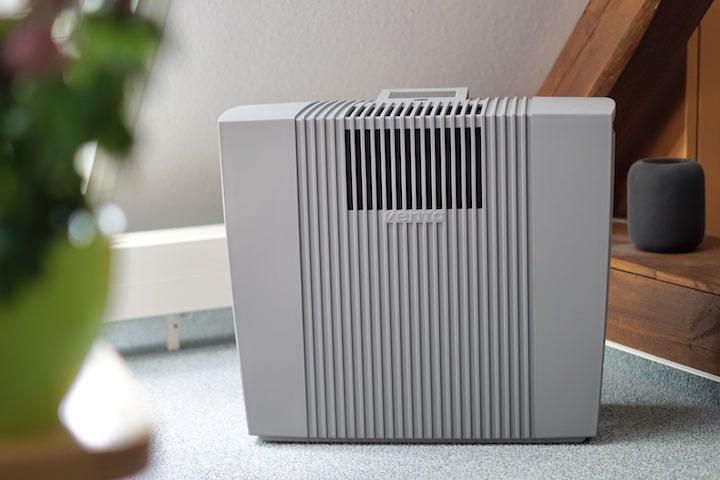 VENTA Professional AH902 Luftreiniger steht in einem Wohnzimmer