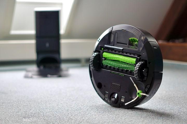 i3 Roboter steht seitlich und die Unterseite mit gruenen Buersen ist zu sehen