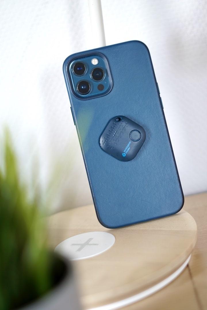 iPhone mit Bluetooth Tracker auf der Rueckseite