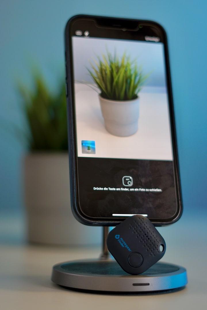iPhone mit Kamera App und Bluetooth Tracker