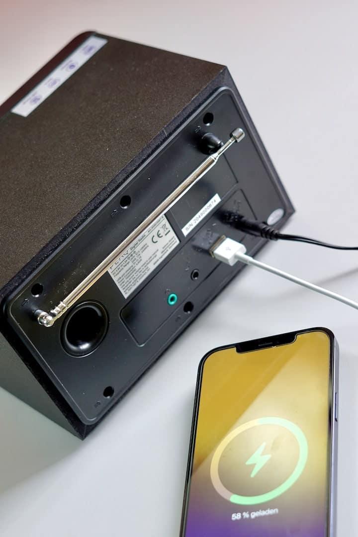 iPhone wird an einem Radio mit USB aufgeladen min