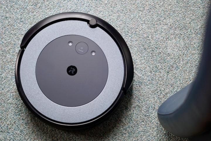 iRobot Roomba i3 Saugroboter reinigt Teppichboden