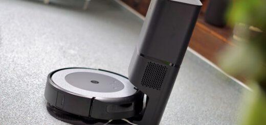 iRobot Roomba steht auf seiner Ladestation 520x245