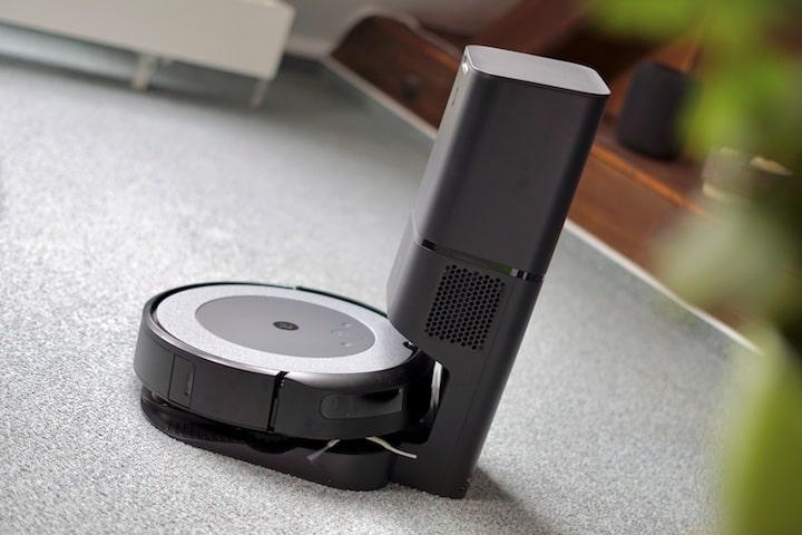 iRobot Roomba steht auf seiner Ladestation